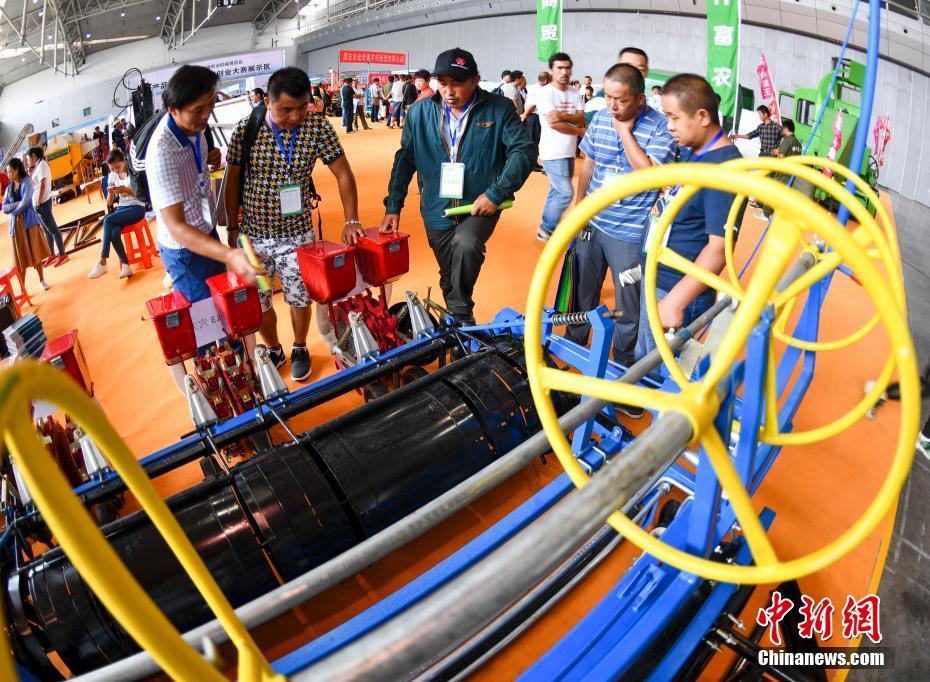 新疆农业机械博览会 多功能棉花播种机吸引种棉大户