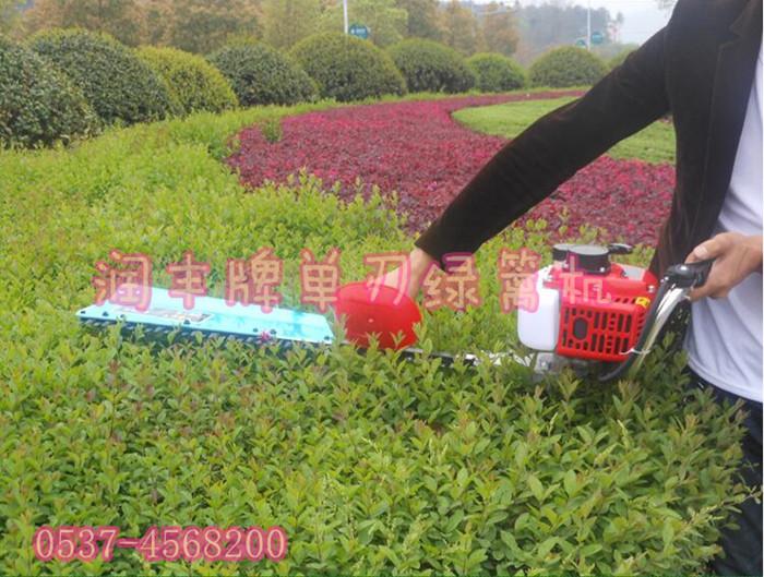 """园艺修剪机价格 茶树修剪绿篱机规格 二、技术特征 节能、低噪声、无污染。本机适合修剪各种绿篱(冬青、黄杨、桧柏、刺柏、蜀桧、紫薇)、球形树篱、清除杂草。在草坪的平整度、倾斜度、草坪的宽窄度达不到要求,推车式草坪机无法正常作业的情况下,本机还可用来辅助修剪草坪,消除作业""""死角""""。 修剪质量能满足园艺要求。蓬面平整度优于手工修剪,基本无漏剪、撕裂率小于10%。修剪后接近绿篱的自然生长状态,形成的树冠面较大,修剪面既整齐又美观,而且芽叶萌发比手工修剪萌发整齐,且萌发数较多。 节能显"""